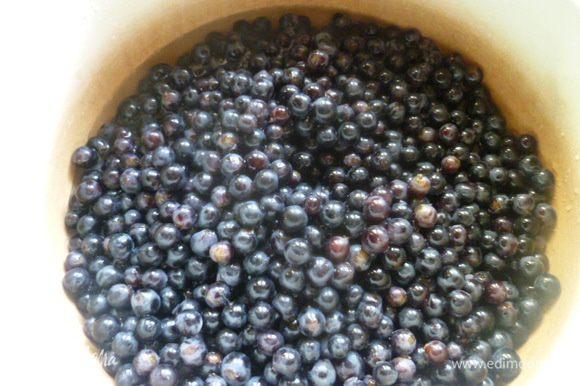 Хорошо его промыть, отобрать от веточек и плохих ягод. Выкладываем отобранные ягоды в эмалированную кастрюлю, добавляем 400 мл воды.