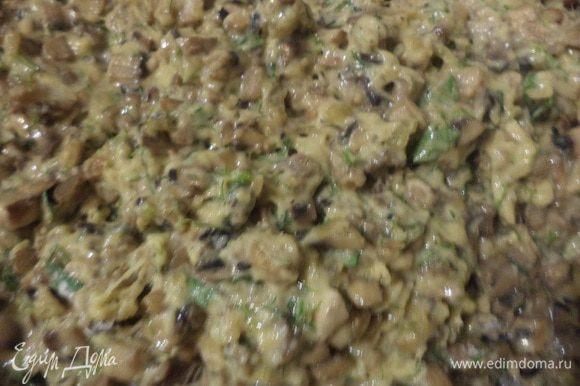 Взбить венчиком яйца, добавить майонез, тёртый сыр и мелко нарезанную зелень петрушки. Всыпать муку и тщательно перемешать. Добавить грибы с луком, перемешать.