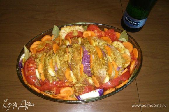 Тщательно смажьте мясо смешанными специями. Разложите порезанный баклажан, чеснок и морковку между слоев мяса. Оставшиеся овощи разложите по окружности.