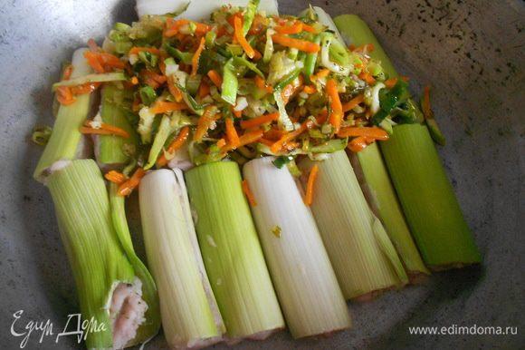 Фаршированный порей положить в форму для выпекания, добавить пассированные овощи.