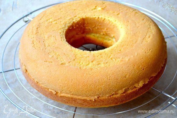 Готовый кекс достать из духовки и дать ему постоять 10 минут. Затем переложить кекс на решетку и дать ему полностью остыть.