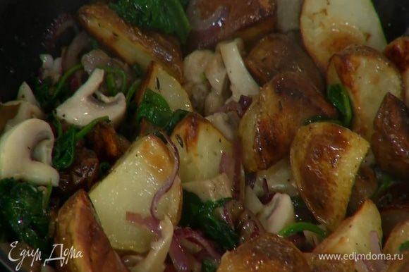 Добавить запеченный картофель, все перемешать, накрыть крышкой и еще немного прогреть.