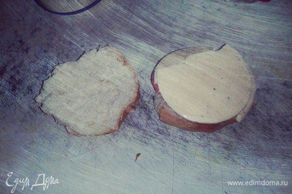 Накрыть кусочком любым твердым или плавленным сыром. Накрыть второй половинкой булки. При желании можно положить готовый бургер на горячую сковороду (лучше сковороду-гриль) без масла, и накрыть тяжелой крышкой, например от казана. С каждой стороны обжарить по 1 минуте. Это придаст хрустящую корочку нашему бургеру. Приятного!