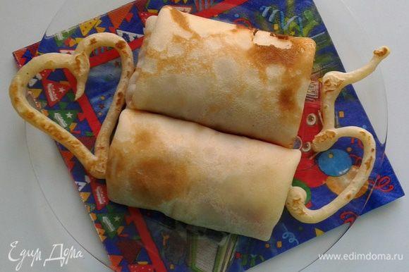 Обычно остается блинное тесто и чтобы не выпекать непонятной формы блин, можно добавить в оставшееся тесто немного муки и с кондитерского шприца сделать минифигурки для оформления. Это просто, но оооочень вкусно!