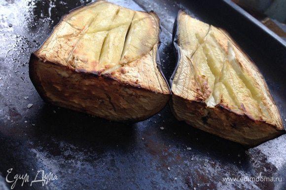 Баклажаны вымыть, обсушить, разрезать вдоль, сделать несколько надрезов, посыпьте солью и смазать немного оливковым маслом. Положить на противень и запечь в духовке при температуре 220 градусов минут 15-20.