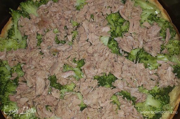 Достаем тесто из духовки, и сразу же равномерно выкладываем на него сначала брокколи, затем тунец.