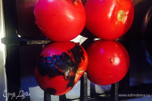 Остальные овощи можно поставить либо на соседнюю конфорку, либо дождаться пока предыдущие обуглятся снаружи по всей площади и поставить на их место. Овощи нужно время от времени переворачивать для равномерного пропекания.