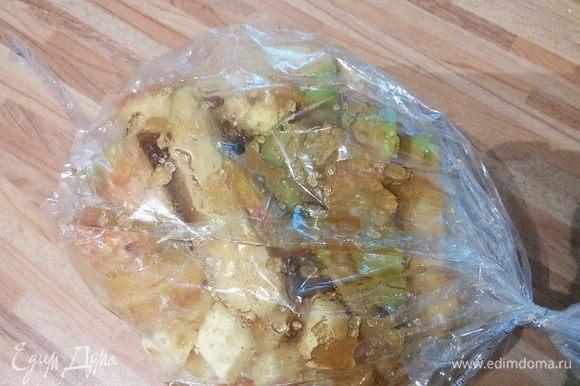 """Яблоки разрезать на дольки, извлечь косточки. Смешать яблоки с сахаром и корицей, добавить масло, переложить в рукав для запекания (я стараюсь не использовать для запекания фольгу) и запечь в духовке до готовности. Чтобы не """"гонять"""" духовку из-за яблок, можно заранее запечь яблочки, поместив их в духовку, когда вы запекаете что-то на ужин. Готовые яблоки остудить в рукаве и сохранять в холодильнике до употребления."""