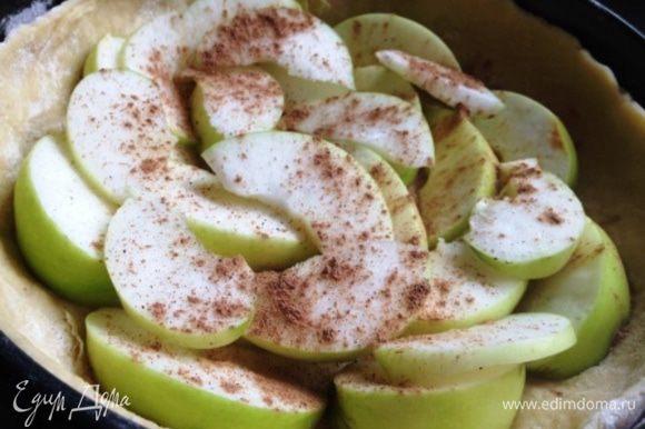Яблоки очистить и нарезать, уложить на тесто. При желании присыпать корицей.