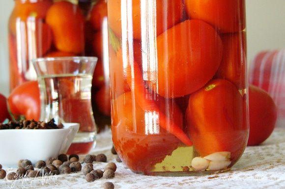 В каждую литровую банку с помидорами добавить 2 ст. л. уксуса. Залить помидоры кипящим маринадом и закатать. Перевернуть, укутать и оставить до остывания. А потом убрать в шкаф и дожидаться вкусных праздников!
