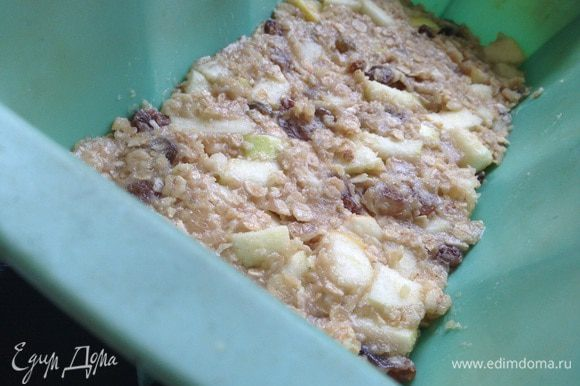 Выложить получившуюся массу в форму для кекса или можно на противень (застеленный бумагой для выпечки), выравнять и утрамбовать силиконовой лопаткой. Выпекать 30-35 минут при температуре 180 градусов.