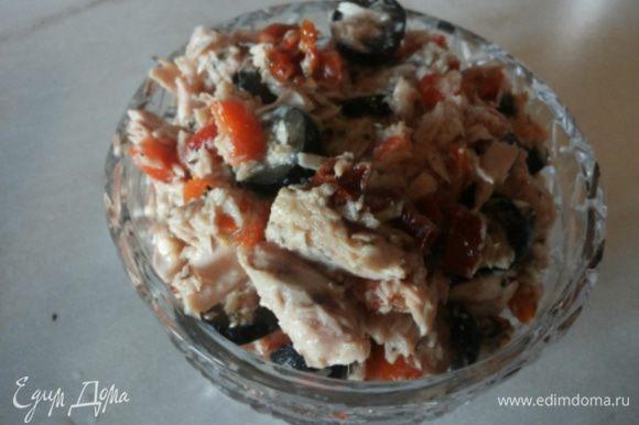 С салатом из тунца тоже все предельно просто. Запекаем перец, снимаем кожицу, измельчаем и соединяем с тунцом (жидкость слить, тунец слегка размять), тонко порезанными вялеными томатами, крупно нарезанными оливками, маслом, паприкой, солью и оливковым маслом.