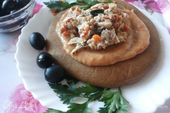 На теплую лепешку кладем смесь из фасоли, а сверху немного салата. Получается очень сытный, вкусный завтрак. Готовится все намного быстрее, чем я писала рецепт. Приятного аппетита!