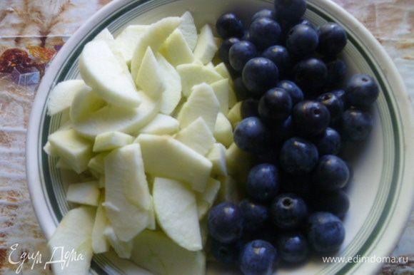 Терновку помыть, яблоки я очищаю от кожуры, что совсем не обязательно, и нарезаю на тонкие дольки.