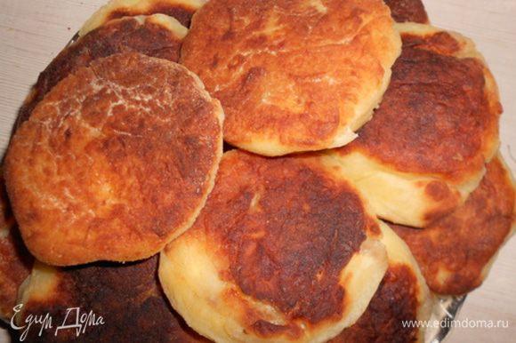 Делаем лепешечки и жарим с 2 сторон, выкладывая на сковороду с раскаленным растительным маслом.
