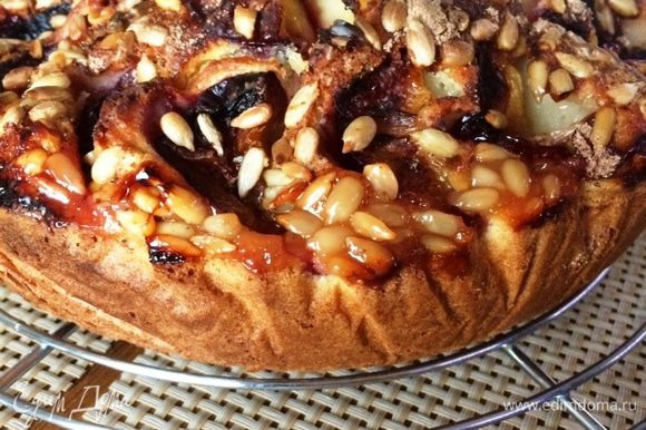 Выпекаем пирог в духовке, разогретой до 180 градусов минут 40-50 (ориентируемся по своей духовке). Остужаем на решетке и угощаем своих близких.