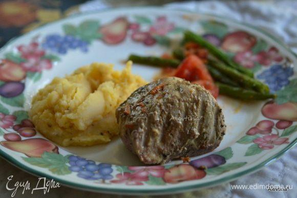 Подаем свинину au poivre с овощным гарниром, полив соусом. Наслаждаемся блюдом. Быстро, вкусно и школяры уплетали за обе щеки.