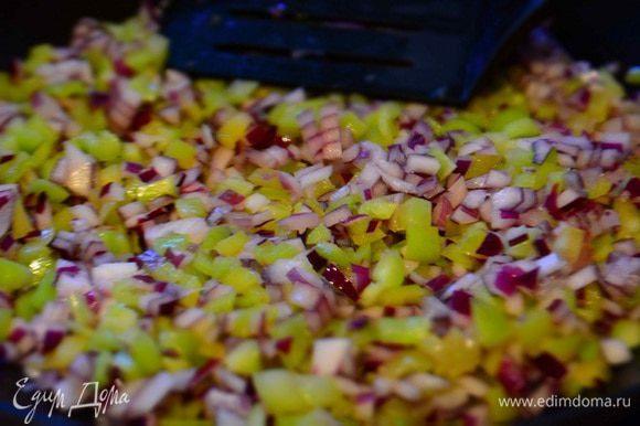 Лук и болгарский перец очистить и порезать кубиками. Обжарить на растительном масле 5 минут.
