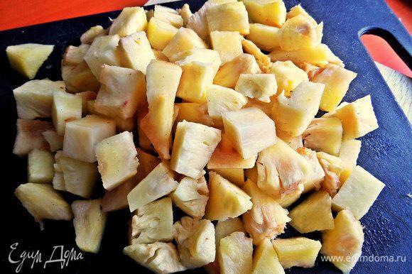 Делим ананасовое филе на кусочки.
