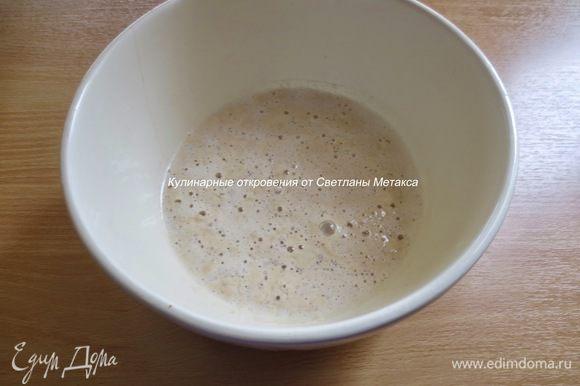 В миску налить половину теплого молока, добавить 1 с. л. сахара, дрожжи и 2 ст. л. муки, перемешать, накрыть и оставить на 15 минут для активации дрожжей.