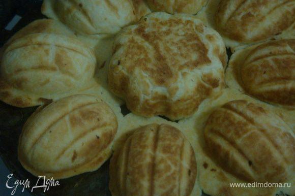 Печенье выкладывать на разделочную доску, дождаться пока остынет, разделить, обрезать и выровнять края.