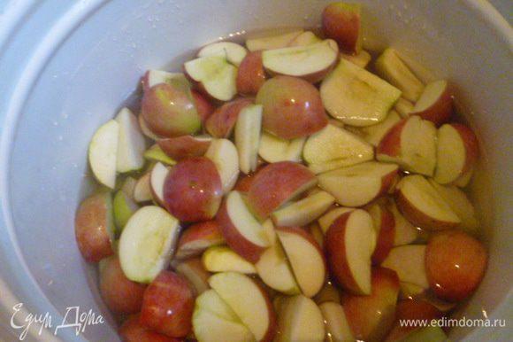 Именно поэтому из хороших яблок я вырезаю сердцевину. Здесь я добавила груш немного.