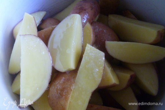В миску или кастрюлю выкладываем картофель, добавляем соль и растительное (можно оливковое) масло, закрываем крышкой и хорошо встряхиваем, чтобы вся картошка была равномерно покрыта солью и маслом.