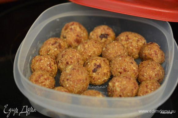 Сформировать в мини шарики на один-два укуса. Сложить в контейнер и хранить в холодильнике или в морозильнике.