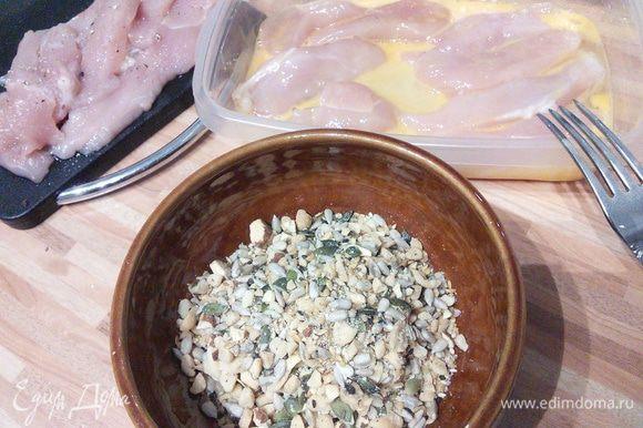 Мясо режем на продолговатые брусочки, солим, перчим, окунаем в яйцо, затем обсыпаем миксом из семечек, орехов и т. д.