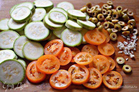 Тем временем порежьте тонкими ломтиками кабачок и помидоры.