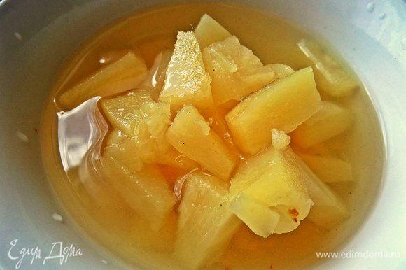 Возьмём готовые ананасовые кусочки пару ложек. Или используем свежий ананас.