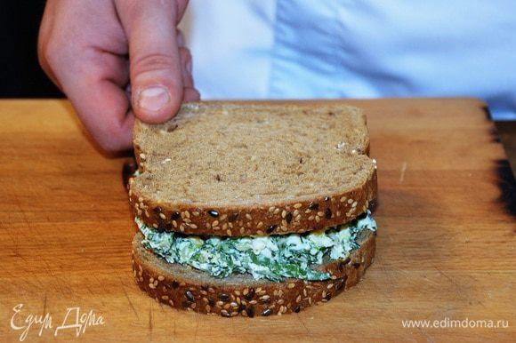 На ломтик хлеба выложить яичный салат, накрыть вторым ломтиком. По желанию срезать корки.