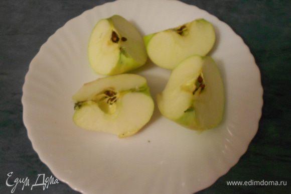Яблоки помыть. Нарезать на восемь частей, очистить от косточек.