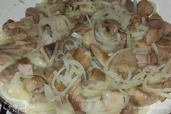После того как жидкость выпарилась добавляем к грибам лук, солим и обжариваем, постоянно помешивая, до золотистого цвета. В миске соединяем сметану с мелко нарубленными укропом и чесноком.