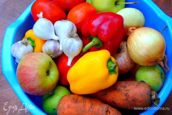Взвешиваем и подготавливаем все овощи и яблоки.