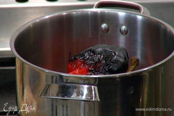 Запеченный перец поместить в кастрюлю и накрыть крышкой.