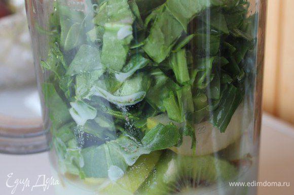Все складываем в стакан от блендера, наливаем растительное молоко, воду и взбиваем до однородной массы! На заметку! Как правило, в зеленых смузи такое соотношение продуктов: 40% - зелень, 60% - овощи, фрукты.