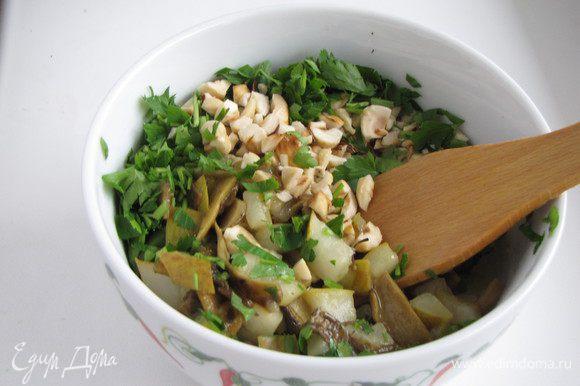 Всыпать мелко рубленную петрушку и фундук, приправить солью и перцем. Перемешать.