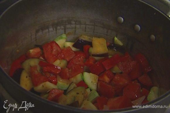 Добавить помидоры и сладкий перец, накрыть кастрюлю крышкой и тушить на небольшом огне 40 минут.