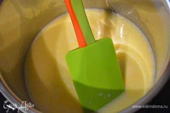 В сотейник влить молоко, добавить сливочное масло и ваниль. Довести до кипения.