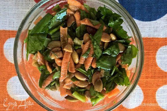 Полить заправкой салат. И сложить в небольшую емкость, аккуратно его утрамбовывая, для придания формы. Даем немного постоять, чтобы салат пропитался нашей ароматной заправкой.