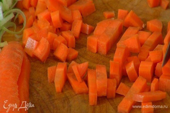 Стебель сельдерея и морковь порезать маленькими кубиками.