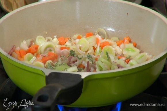 Мелко порубить 3–4 листика шалфея, добавить в сковороду, перемешать и обжаривать все 3–5 минут.