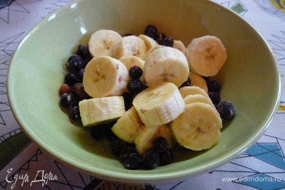 Бананы очищаем от кожуры и крупно нарезаем, добавляем промытую черную смородину.
