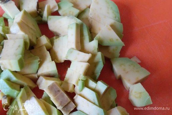 Потом авокадо, нарезанный мелким кубиком.