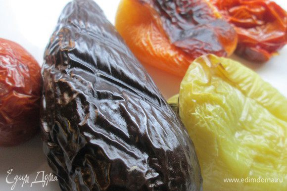 Запечем овощи - баклажаны, перцы, помидоры.