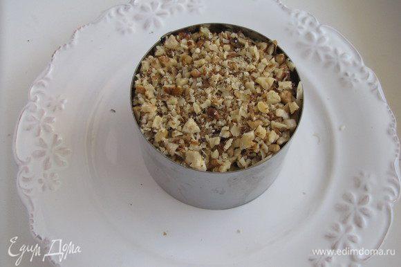 Затем огурцы, сыр, натертый на крупной терке и орехи. Между слоями наносить тонкую сеточку майонеза.