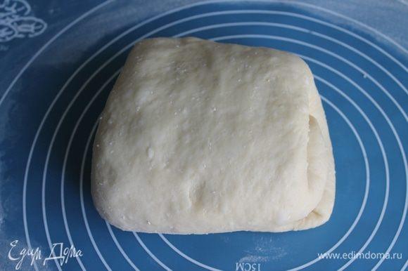 Через полчаса с начала подъема тесто нужно обмять путем складывания.