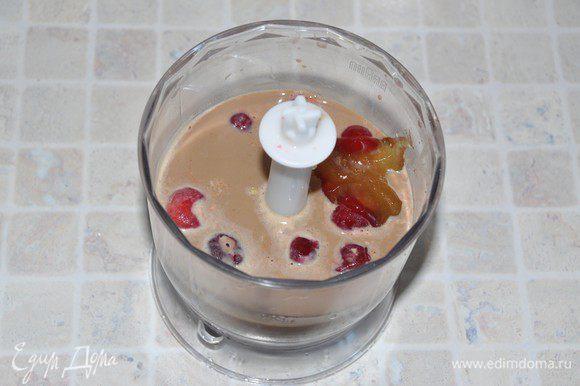 В блендере смешать заваренные хлопья, кофе, горсть вишни и ложку мёда. Взбить всё до однородности на высокой скорости.