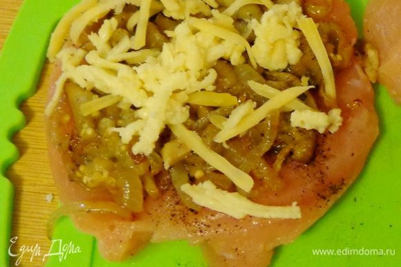 Потом баклажаны с грибами и сверху сыр.